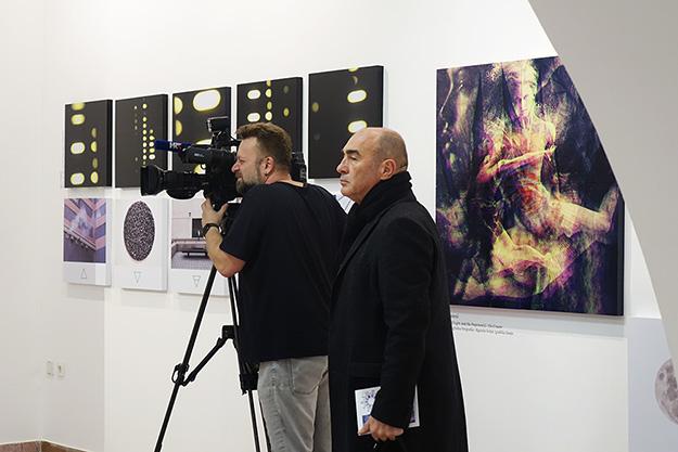 Postav izložbe K.O.Z.M.O.G.O.N.I.J.E.: Konjukcija 20.20, Galerija Juraj Klović, Rijeka